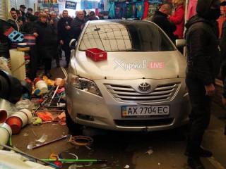 На харьковском рынке автомобиль заехал в торговые ряды, есть пострадавшие (видео)