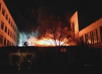 В Индустриальном районе сгорел, растерзанный вандалами, корпус бывшего ПТУ (ФОТО)